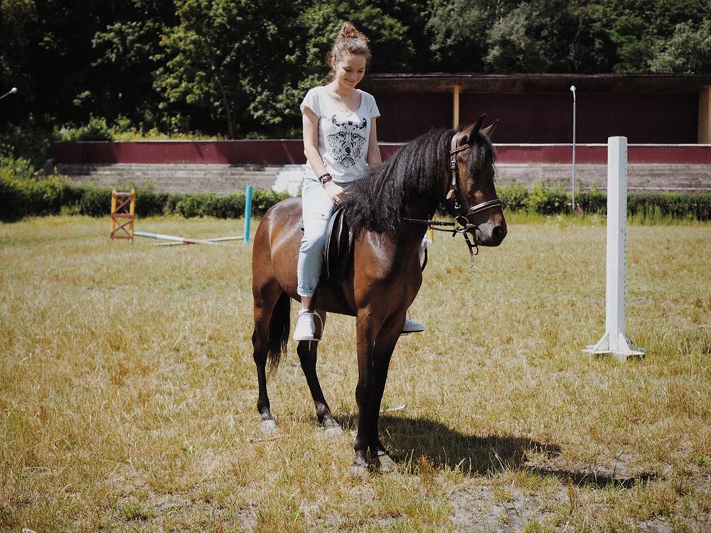 Верхом на лошади, Марина Гиллер